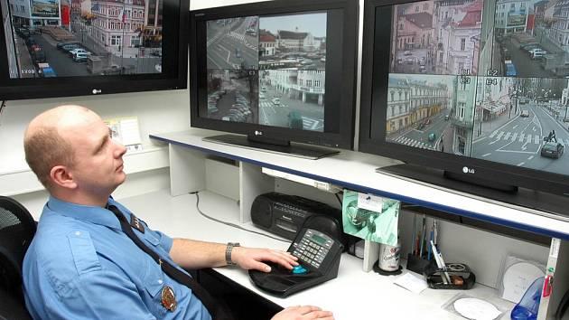 MONITOROVACÍ CENTRUM. Strážník Václav Adamec sleduje monitory, kam je přenášen obraz z kamer v teplických ulicích.