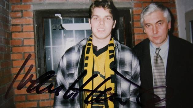 SETKÁNÍ S TRENÉREM. Autor vzpomínkového článku František Bílek s trenérem Ivanem Hlinkou. Fotografie vznikla v únoru 1998, pár dnů po triumfálním naganském turnaji