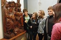 V Regionálním muzeu v Teplicích si žáci z Oseka a ze škol z Polska a Itálie prohlédli společně se svými učiteli expozice v doprovodu Miroslava Radoně.