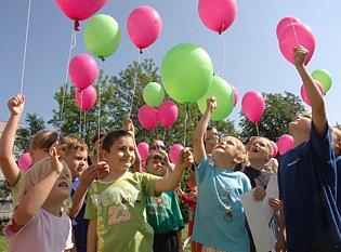 Děti vypouštěly balónky.