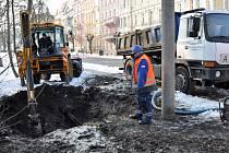 Jako první bylo potřeba vykopat díru do země k prasklému potrubí.