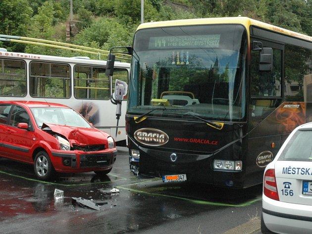 Autobus se srazil s osobním autem, jehož řidička nedala přednost.
