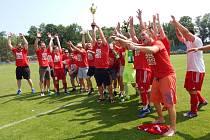 Fotbalisté proboštovského béčka převzali pohár pro vítěze okresního přeboru.