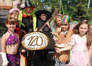 Děti v maskách na zahájení oslav ke stodvacátému výročí založení školy.