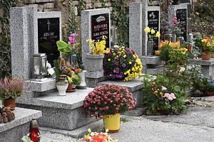 Dušičky na hřbitově v Novosedlicích. Ilustrační foto.