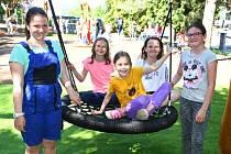 Obec Modlany u příležitosti Dne dětí v pondělí 1. června  otevřela nové hřiště. Děti dostaly moderní areál se zajímavými hracími prvky, prolézačkami, skluzavkami a se zázemím pro maminky.