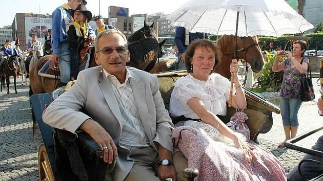 Teplicemi včera odpoledne prošel průvod vojska na koních.
