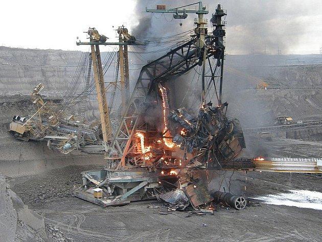 V podniku Doly Bílina hořelo rypadlo