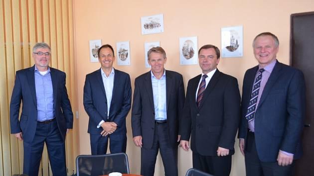 NÁVŠTĚVA U STAROSTY DUBÍ. Zleva Pavel Reichl, David Reeves, Keith Coughlan (všichni tři European Metals), Petr Pípal (starosta města Dubí), Otto Janout (Geomet).