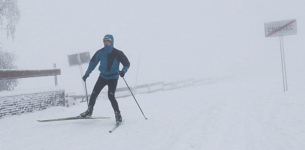 V Cínovci už vyrazili první běžkaři na upravené tratě. Jen mlha kazila krásné výhledy do krajiny.