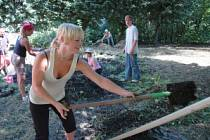 Němečtí studenti při práci v zahradě oseckého kláštera