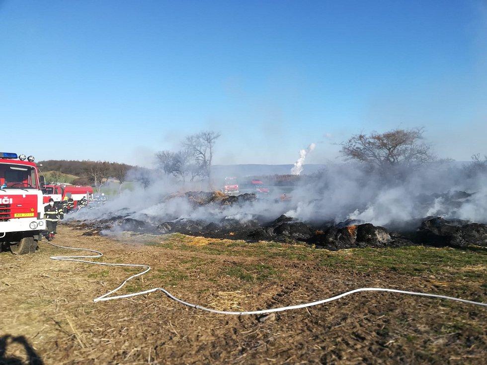 Hasiči likvidovali 1. dubna požár stohu v Razicích na Hrobčicku.