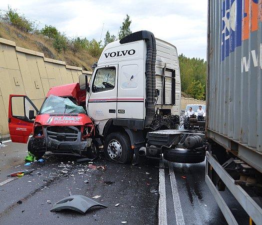 Tragická nehoda uBžan na E55 (okres Teplice). Zemřel řidič dodávky.