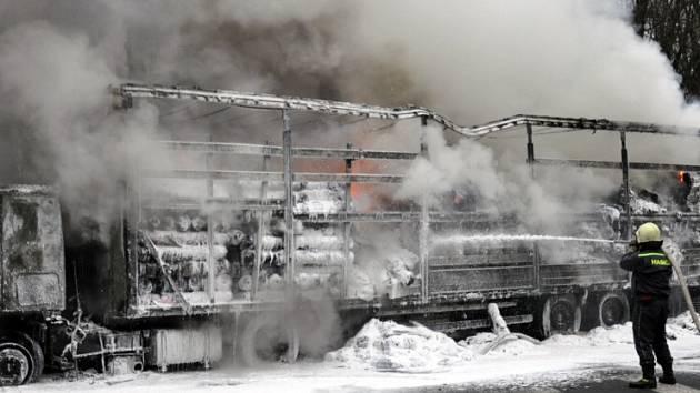 Kamion z Rumunska shořel u Žalan. Vezl i textilní látky