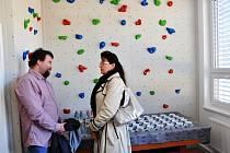 Herny pro děti, lezecká stěna, venkovní hřiště a hlavně místo, kde se mají bez předsudků setkávat lidé různých etnik či národností. To je nové Komunitní centrum v dubské Pozorce.