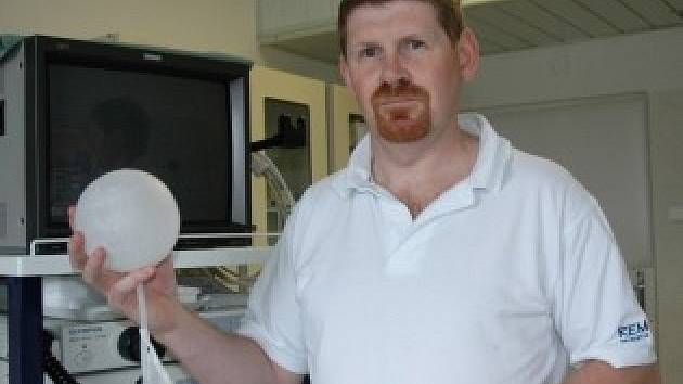 Doktor ukazuje balónek do žaludku, který je nadějí pro mnohé tlouštíky.