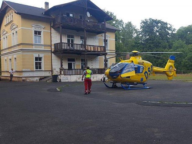Unehody vDubí zasahovali místní hasiči iletecká záchranka.