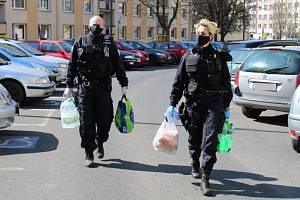 Pomoc strážníků v Krupce seniorům v koronavirové době.