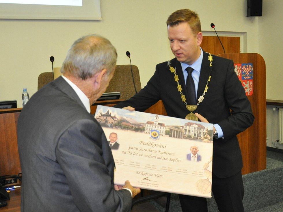 Z ustavujícího zastupitelstva v Teplicích. Jaroslav Kubera dostal pamětní list  jako poděkování za jeho dosavadní práci.