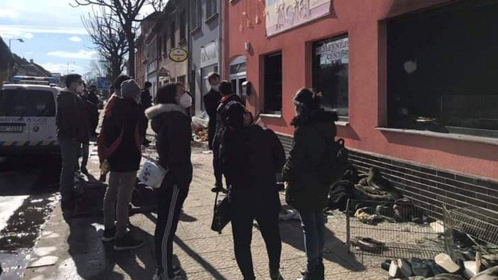 Úklid. Vyhořelý vietnamský dům s obchodem v Duchcově.