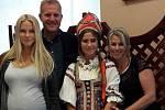Na snímku je Tereza Raditsch (vlevo) a šéfkuchař Marek Raditsch. Uprostřed je studentka Hotelovky Lucie Vaňková, která si pozvala svoji sestřenku se známým porotcem show MasterChef k praktické části maturity.