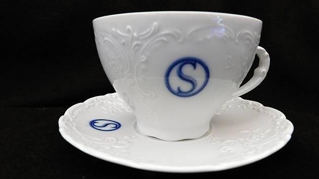 Dary vyrobené v porcelánce v Duchcově potěší účastníky zasedání V4.