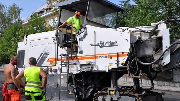 Propojka z Teplic do Krupky dostává nový asfalt
