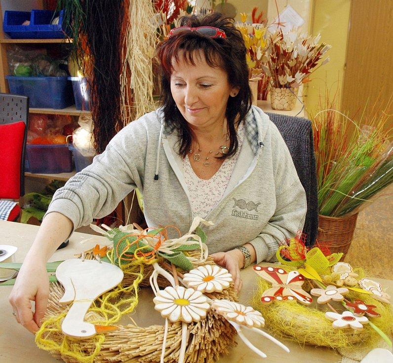 Chráněné dílny Arkadie v Úpořinách, 2011. Na snímku Eva Vaněčková dokončuje velikonočnívěnec.