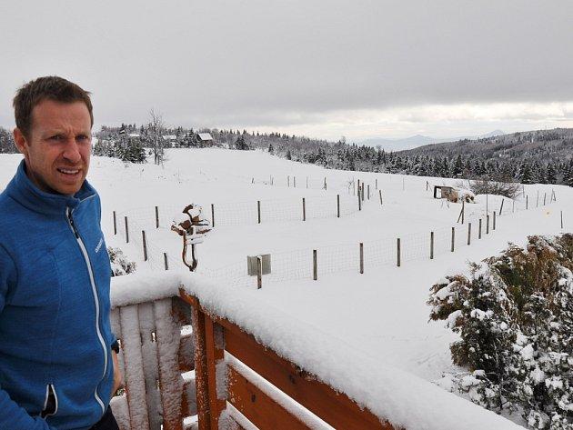 """Golfové hřiště u hotelu Krušnohorský dvůr je pod sněhem.  """"V současné době jsou tratě již nahrubo připraveny a závody se uskuteční v plném rozsahu,"""" řekl Ondřej Bula. (na snímku)"""