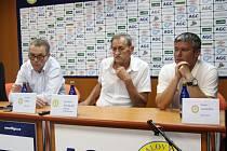 Tisková konference FK Teplice. Zleva Petr Hynek, Pavel Šedlbauer a David Vavruška