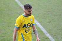 Naštvaný Patrik Žitný odchází z dějiště nedělního ligového souboje Teplice - Mladá Boleslav, který domácí prohráli 1:3.