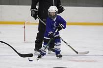 Malí hokejisté Teplic vyjeli ve čtvrtek poprvé na trénink v rouškách.