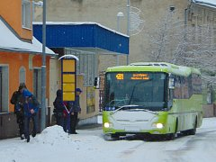 Sněhová nadílka dělá problémy řidičům i chodcům.