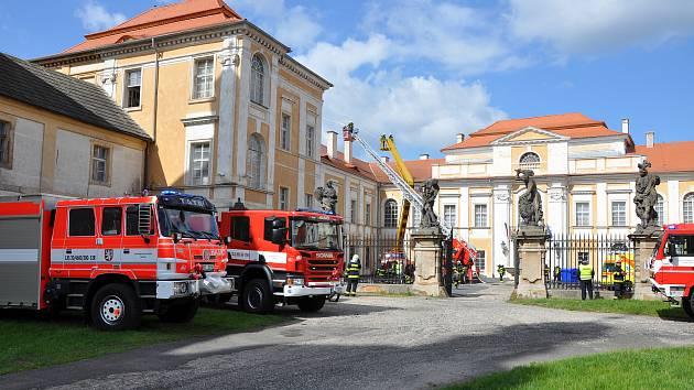 Hasiči krajského integrovaného systému zasahovali v rámci cvičení na duchcovském zámku.