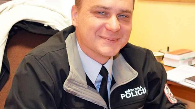 Nový velitel MP Duchcov Josef Hulín s novým pomocníkem fotopastí.