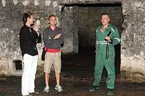 Redaktor Martin Košťál (uprostřed) návštívil sklepení duchcovského zámku. Průvodce mu dělali kastelán zámku Marian Hochel (vlevo) a zástupce kastelána Ladislav Nepožitek.