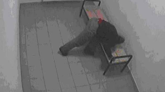 Mlátil hlavou o stůl, vinu chtěl hodit na strážníky. (Záběr z kamery)