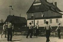 Dříve na Moldavě frčela i podniková rekreace jak je vidět na snímku z  počátku 50. let 20. století. V pozadí je chata Bendlovka.