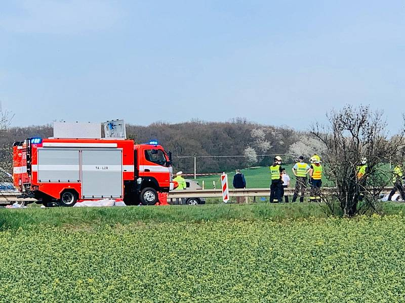Tragická nehoda kamionu a dodávky u Tuchlova.
