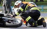 Tragicky skončil v pátek v podvečer střet osobního automobilu s motorkářem na křižovatce v obci Žichov u Měrunic na Teplicku. Ilustrační foto.