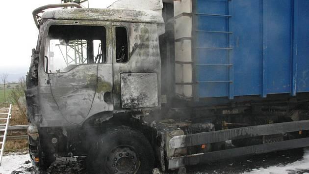 Požár kamionu likvidovali tepličtí hasiči na silnici Teplice -Bílina u Tuchlova.