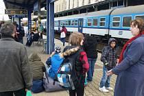 Cestující na teplickém nádraží.