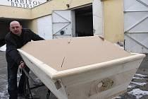 Fotoreportér Deníku kopal na bystřanském hřbitově v Teplicích šest hodin hrob