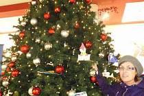 Vánoční stromek splněných přání v OC Forum.