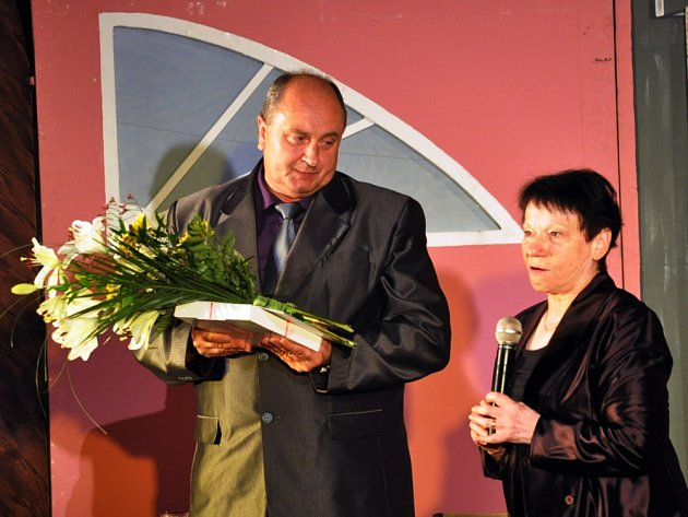 Starosta Duchcova Zbyněk Šimbera předal Anitě Bartlové Cenu města Duchcov za rok 2015.