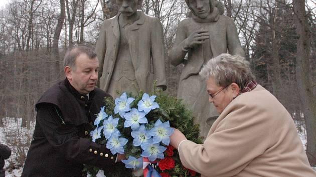 Starosta Jiří Hlinka pokládá věnec k památníku