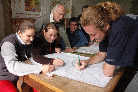 Studenti zpracovávají mapu.