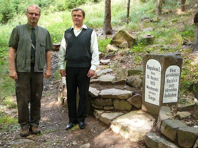Starosta Dubí Pípal (vpravo) a Jiří Toms (Lesy ČR) při otevření okruhu kolem Francouzského kamene.