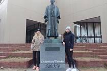 JUDISTKY Z TEPLIC. Věra Zemanová (vlevo) a Michaela Kuklíková na soustředění v Japonsku zapózovali u sochy zakladatele juda Jigora Kana.