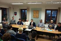 Bývalý starosta Michal Cuc (s kravatou) sedí uprostřed.